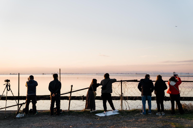 江川海岸で夕景を眺める人々