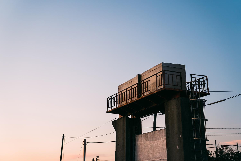 夕陽に照らされる水門