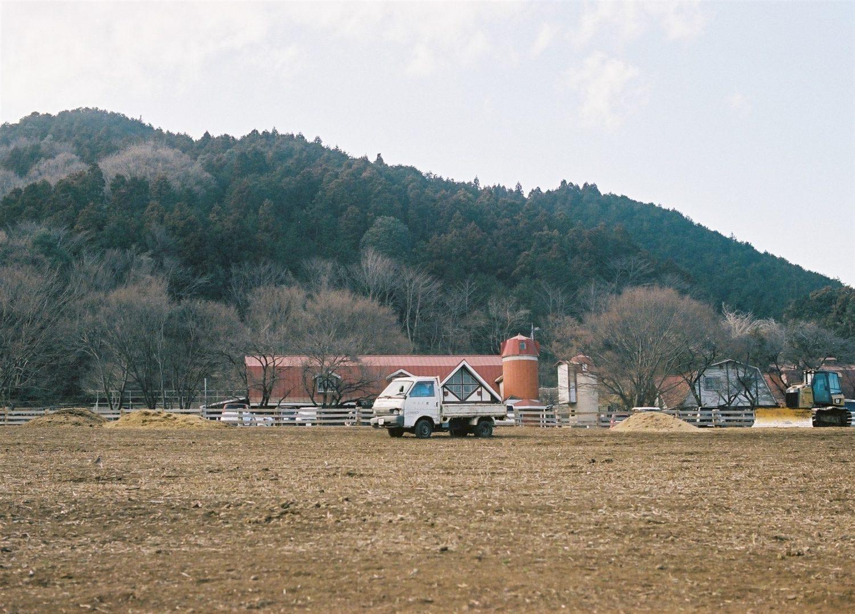 牧場と軽トラ