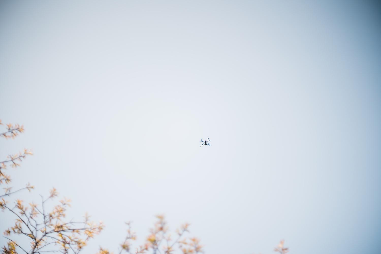気持ち良さそうに空飛ぶドローン