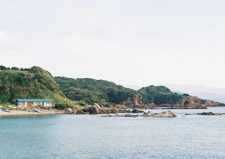 朽ち果てそうな海小屋