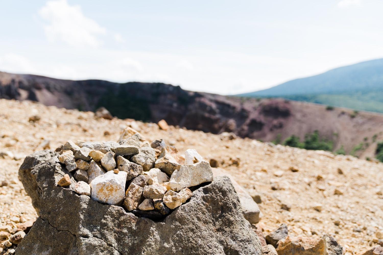 大小無数の岩石が行く手を阻む