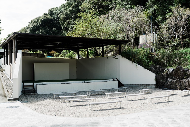 だんご屋の横にはステージもある