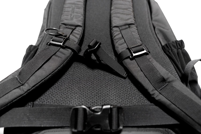 両肩と背面にはクッション性のあるメッシュ生地を採用