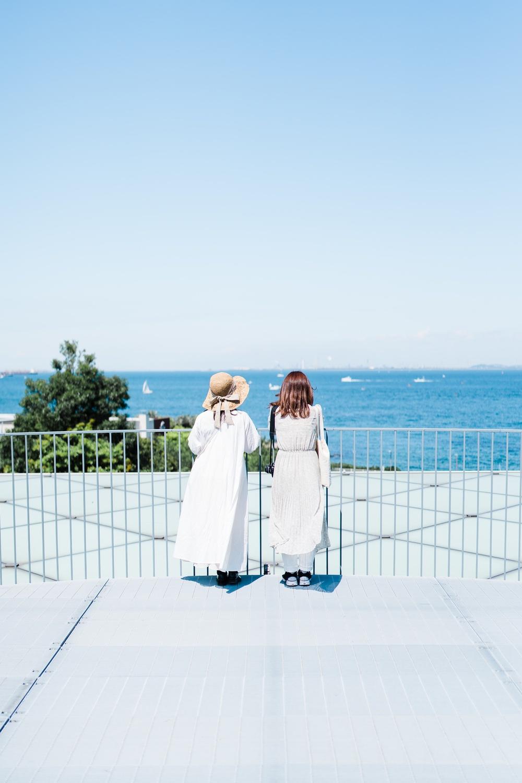 二人海を眺める