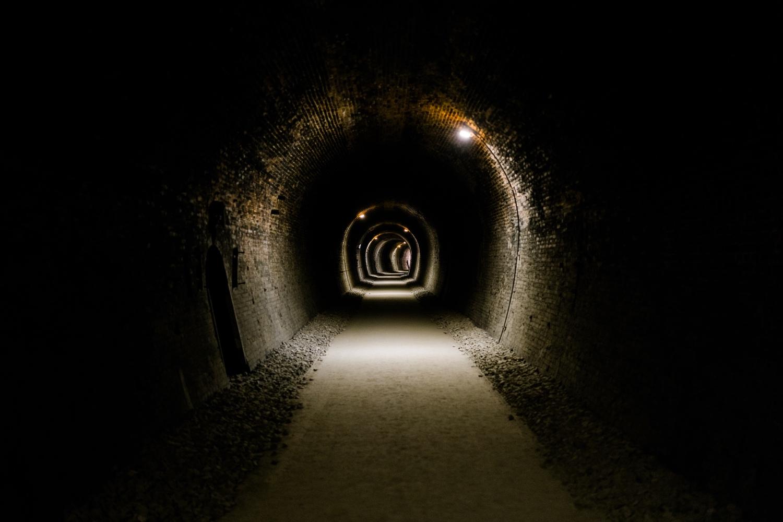 いくつもあるトンネルを突き進む