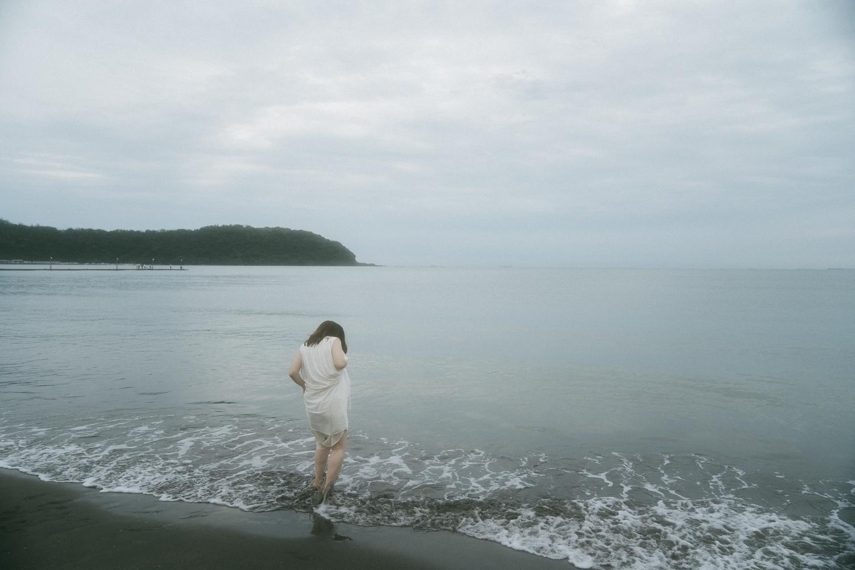 波に足をとられて